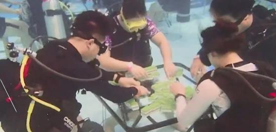 """谁是""""水中雀圣""""?苏杭两地潜水爱好者水下打麻将,一局牌30分钟"""
